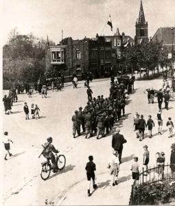 HVS Aftocht Duitsers uit Sliedrecht 1945 Langeveldplein - Kerkstraat
